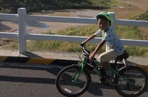 厉害了!8岁男孩骑行3900公里去西藏
